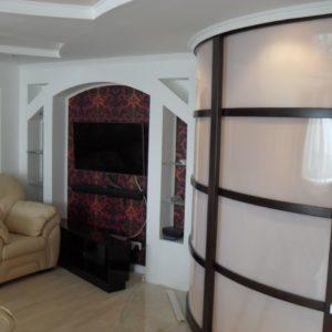 радиусные двери со стеклом