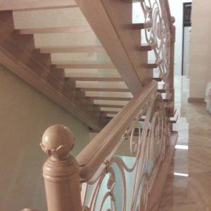 121_ лестница деревянная с резьбой кованные перила_1