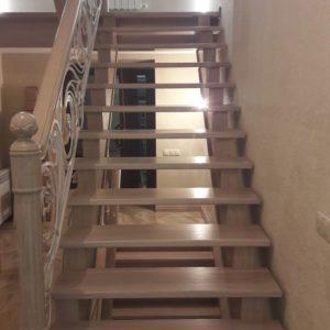 121_ лестница деревянная с резьбой кованные перила_2