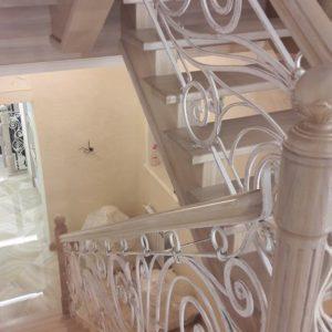 121_ лестница деревянная с резьбой кованные перила_3