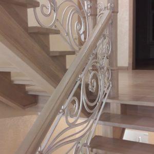 121_ лестница деревянная с резьбой кованные перила_4