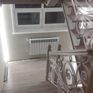 121_ лестница деревянная с резьбой кованные перила_5