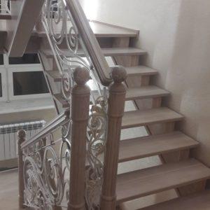 121_ лестница деревянная с резьбой кованные перила_6