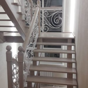 121_ лестница деревянная с резьбой кованные перила_7