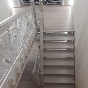 121_ лестница деревянная с резьбой кованные перила_8