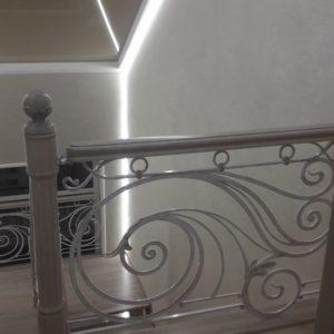 121_ лестница деревянная с резьбой кованные перила_9