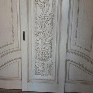 дверь распашная из массива
