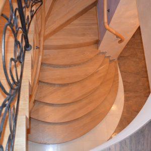 94_лестница массив с кованными ограждениями_3