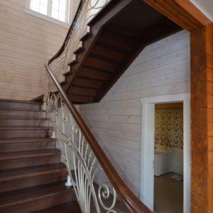 96_лестница массив с резьбой и кованными ограждениями_3