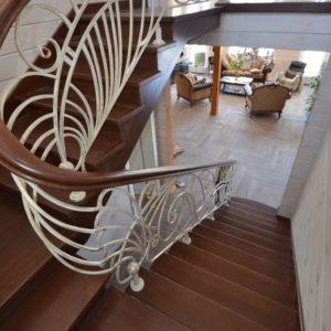 96_лестница массив с резьбой и кованными ограждениями_4