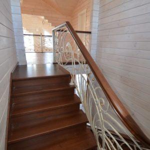 96_лестница массив с резьбой и кованными ограждениями_5
