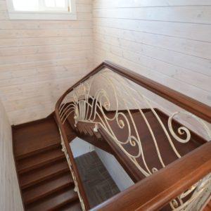 96_лестница массив с резьбой и кованными ограждениями_7