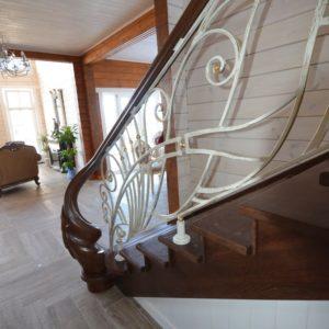 96_лестница массив с резьбой и кованными ограждениями_8