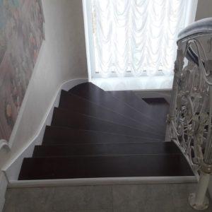 123_лестница деревянная с кованными перилами_1