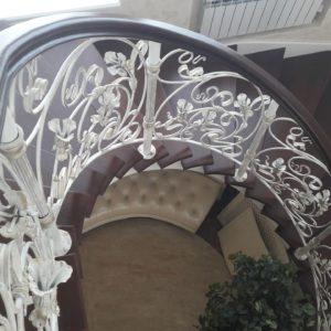 123_лестница деревянная с кованными перилами_2