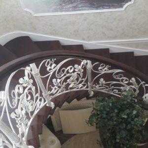 123_лестница деревянная с кованными перилами_3