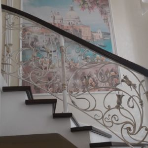 123_лестница деревянная с кованными перилами_4