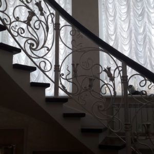 123_лестница деревянная с кованными перилами_5