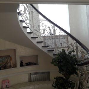 123_лестница деревянная с кованными перилами_6