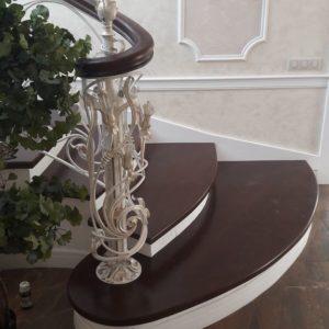 123_лестница деревянная с кованными перилами_7